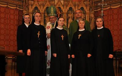 Tri sestre primile misijski križ